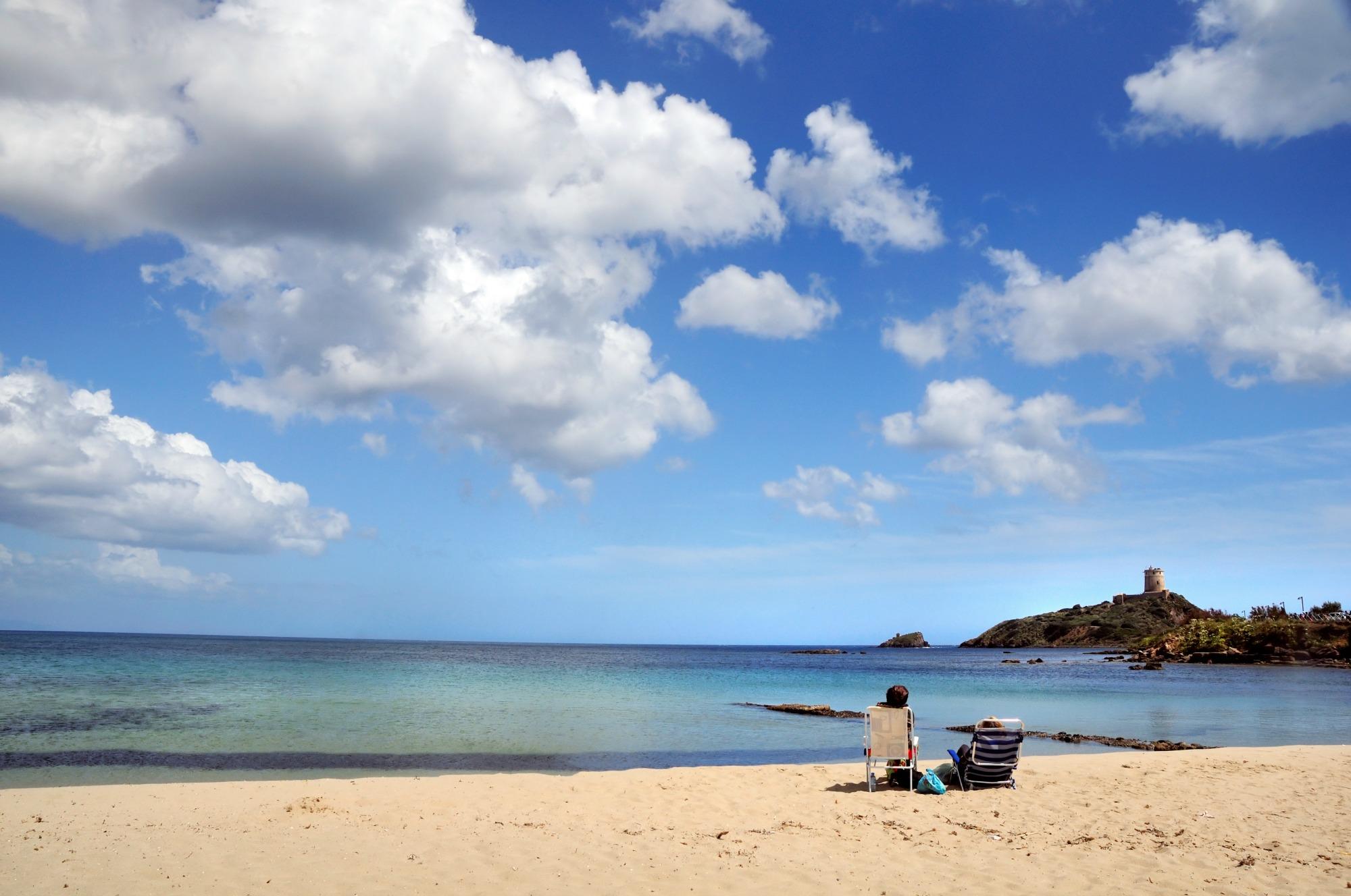 Spiaggia di Nora: tra mare, relax e archeologia